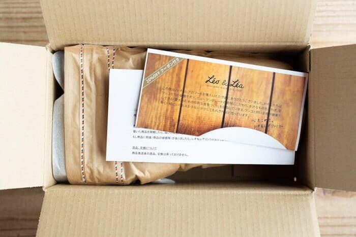 Leo&Lea(レオアンドレア)ドッグフードの箱を開ける