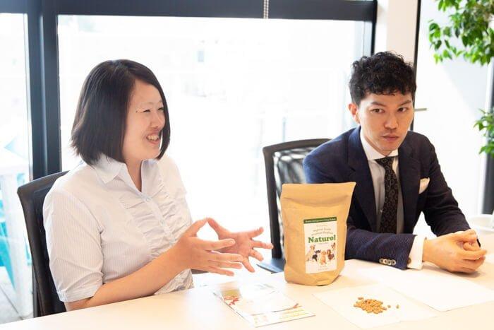 ナチュロルドッグフードのメーカーインタビュー、楽しい製薬株式会社代表の森川健司さんと富部さん