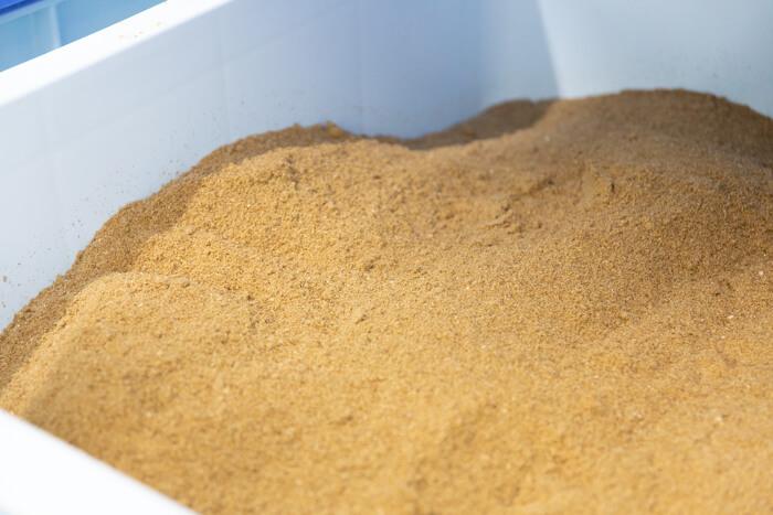 馬肉自然づくりドッグフードの製造工場の原材料粉末
