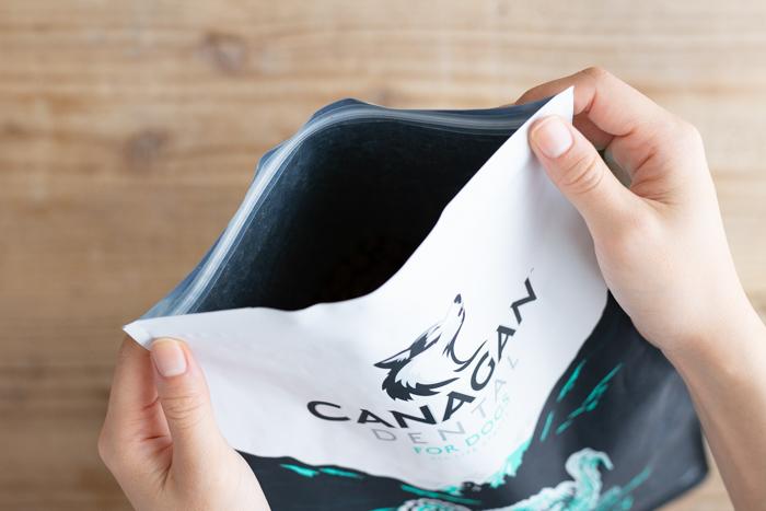 カナガンデンタルドッグフードはジップで密封可能